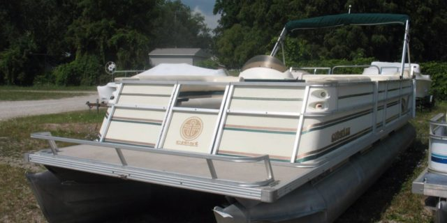 1998 25′ Crest III with 50 hp. Johnson Motor