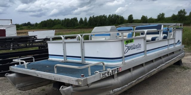 1992 20′ Sweetwater Pontoon 28hp Johnson