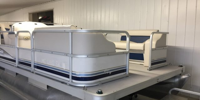 SOLD – 2002 18′ Sweetwater Pontoon with a 25hp Mercury Motor