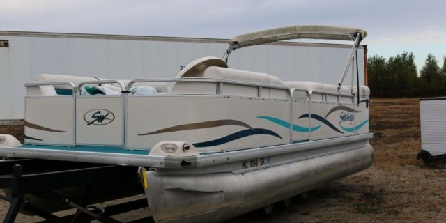 2003 22′ Sweetwater Pontoon with a 40hp Mercury Motor