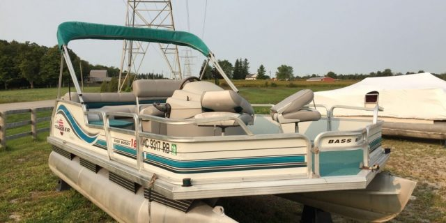 1996 18′ Bass Buggy Pontoon 40hp Tracker 2- Stroke Motor